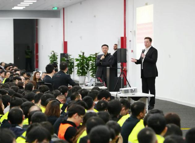 马斯克在上海工厂,图源特斯拉微博