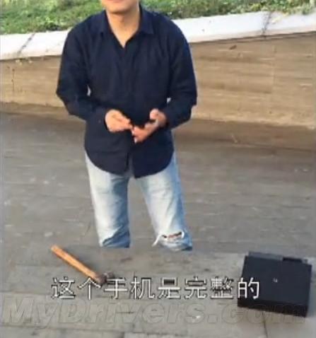 锤子手机降价 锤粉抡锤子怒砸锤子手机
